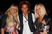 """Moderatorin Arabella Kiesbauer mit den Promifriseur-Zwillingen von """"Haarwerk""""  Hatice Nizam und Ayse Auth (r.) (©Foto: Gaby Hildenbrandt)"""