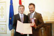 Am 22. Mai 2015 überreichte Kunst- und Kulturminister Josef Ostermayer (l.) das Goldene Ehrenzeichen für Verdienste um die Republik Österreich an Uwe Kröger (r.). (©Foto: Hans Hofer)