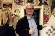 Katharina Kluss bei Mag. Dieter Strehl in der Wiener Spielkartenfabrik Ferd. Piatnik & Söhne (Foto. K. Kluss)
