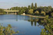 """Der Bodenfilter ist von einem begehbaren Damm umgeben, der ein wahres """"Wohnzimmer im Freien"""" für die BesucherInnen des Wasserparks bietet. (©MA 45 / Wiener Wildnis)"""